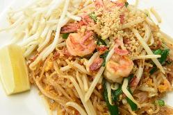 タイ風焼きそば!パッタイ。甘みと酸味が絡み合う味わいが特徴。