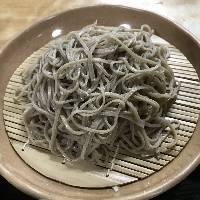 新鮮な蕎麦の実を自社製粉。石臼で粗挽きに仕立てます。