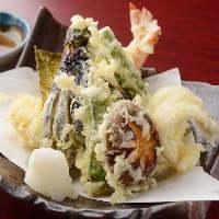 大海老入り天ぷら盛合せ。熱々揚げたてをお召し上がりください!