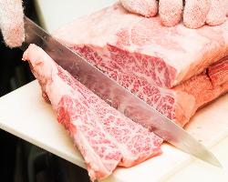 毎日仕入れ、厨房でカットする鮮度にこだわったお肉です