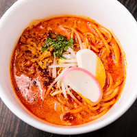 エビの出汁とスパイスが香る濃厚なスープが味わえる「ラクサ」