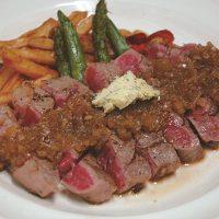 牛モモ肉のステーキ。ローストビーフなどのお肉メニューも人気◎