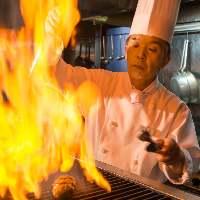シェフがお客様の前で仕上げるハンバーグが当店の一番人気!