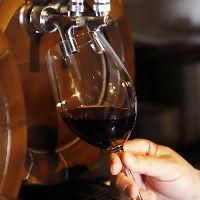 ワインを樽から注ぐので現地での味わいそのまま堪能できます