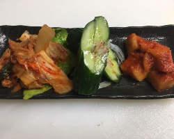 焼肉には欠かせない韓国料理ももちろんご用意『キムチ盛合せ』