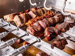専用マシーンで焼き上げる豪快な塊肉是非ご堪能ください。