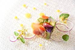季節の素材を活かし、見た目にも華やかな料理をご提供いたします