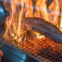 炭火でじっくりと炙ったあか牛の赤身肉は柔らかさが際立つ