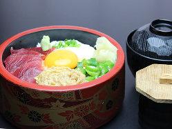 まぐろやとろろ、納豆、オクラをのせたねばねば丼は人気の一品