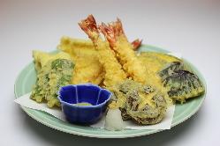 季節の食材でカラッと揚げた天ぷらは野菜の甘みや食感が楽しめる