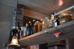 様々なお酒や瓶詰めが並ぶカウンター。来店客をワクワクさせる。
