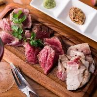 ボリューム満点お肉盛りは人気の逸品。