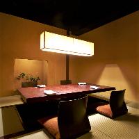 掘りごたつ式の大小完全個室5室を完備。1~14名様でご利用可能