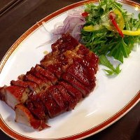 ジューシーに焼き上げた国産豚の香港式釜焼きチャーシュー