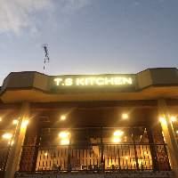 県道38号沿い、煌々と輝く「T.S KITCHEN」が目印です!