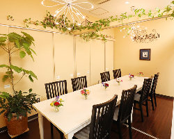 店内の至るところに飾られた花や緑が落ち着きのある空間を演出。
