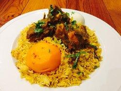 お肉の旨味がギュッと詰まったインド風炊き込みご飯ビリヤニ