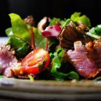 新鮮野菜を使用したサラダ。特製のドレッシングでどうぞ。