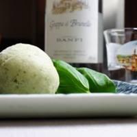 チーズをはじめ、ワインと相性良いおつまみも多数取り揃え。