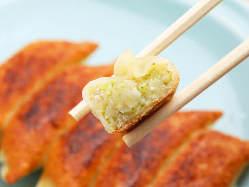 野菜を丁寧に手切りで細かく刻んで作った餡ともちもちの皮!
