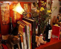 店内には、料理本やかわいらしい置物が並ぶ