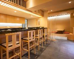 カウンター席、座敷席、共に広いスペースでゆったりと寛げる