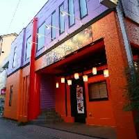 【外観】 オレンジと紫の壁がトレードマーク!駅から徒歩3分