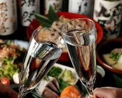 当店の日本酒(180ml)はシャンパングラスでお楽しみいただけます