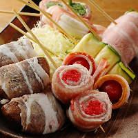 カウンターに並んだ彩り豊かな豚巻き串は見た目で選ぶ楽しみも♪