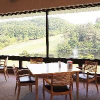 ゴルフ場2階のレストランです。自然豊かな風景が楽しめます!
