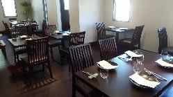 ウッド調で統一された店内。寛ぎ空間でごゆっくりお食事をどうぞ