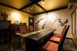 壁一面に描かれた水墨画や調度品が並ぶ落ち着いた和空間をご用意