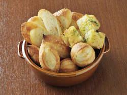 ランチタイムは焼き立ての自家製パンが食べ放題!