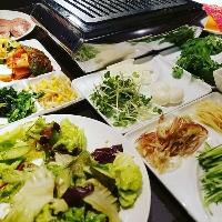 キムチやナムル、季節野菜の酢漬などサイドメニューも充実◎