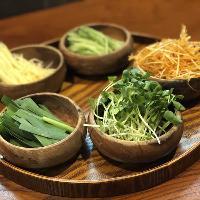 薄切り肉で様々な野菜を巻いて食べるベジマキが人気メニュー◎