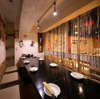 小宴会や家族でのお食事会に!モダン中華調の個室を二室完備