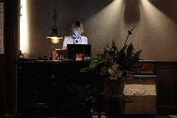 木目調のお洒落な雰囲気の店内にはカウンター席やテーブル席完備