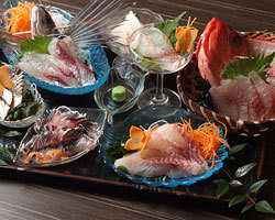 毎日三浦の漁港まで仕入れに行くので、昼獲れ地魚が盛りだくさん