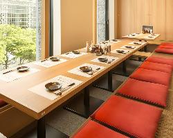 接待や会食にもおすすめな眺めの良い個室席。