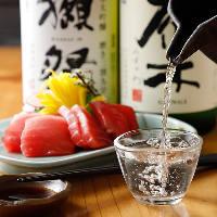 入れ替えながら常時12本揃えた厳選日本酒とこだわりマグロで一杯
