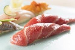 寿司カウンターで職人の握りを