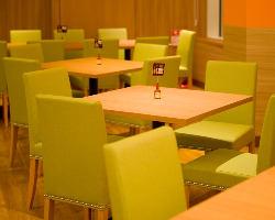お席はテーブルのゆったり寛げるタイプです。