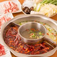 漢方や薬膳、香辛料や具材のエキスが溶け込んだ「薬膳火鍋」
