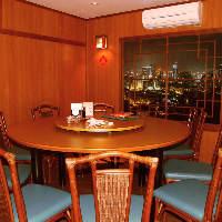 大型の円卓を設けた完全個室。人数によって襖で仕切ることも◎