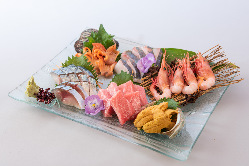 新鮮なお造りは自慢の逸品。肉・魚料理どちらもお楽しみください