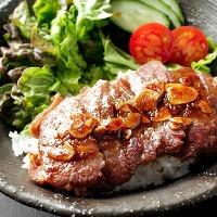 ボリューム満載のステーキ丼と、特製カレーが800円(税込)!