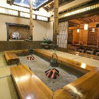 座敷の真中に大きな「囲炉裏」が特徴的な店内雰囲気