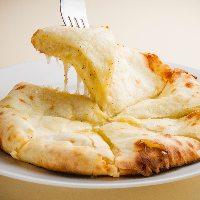 【チーズナン】 とろ~りチーズとナンが絶妙の逸品