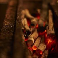 備長炭を使用しており、串をじっくり焼き上げます。