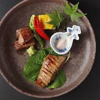 日本全国各地から厳選された旬食材を贅沢に楽しめる